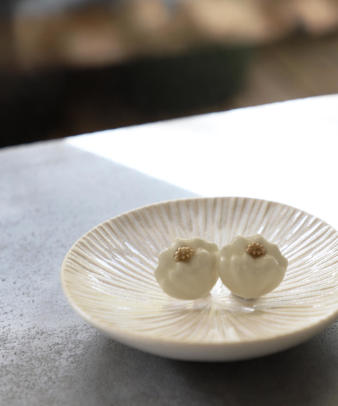 mumokuteki / 真鍮と陶器の菊 ピアス/イヤリング_3